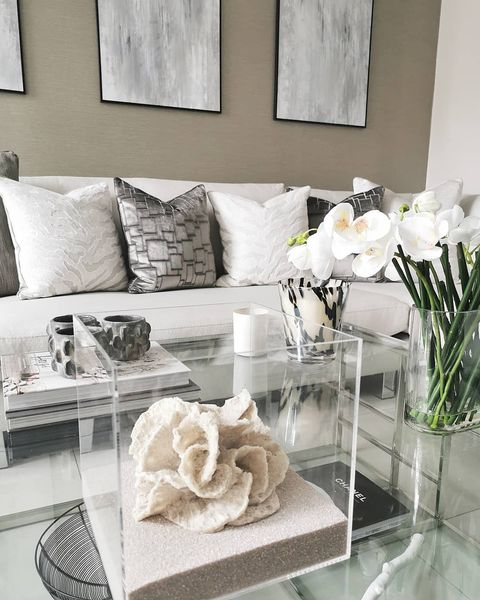 Using the Living Room For Dressing a House to Sell